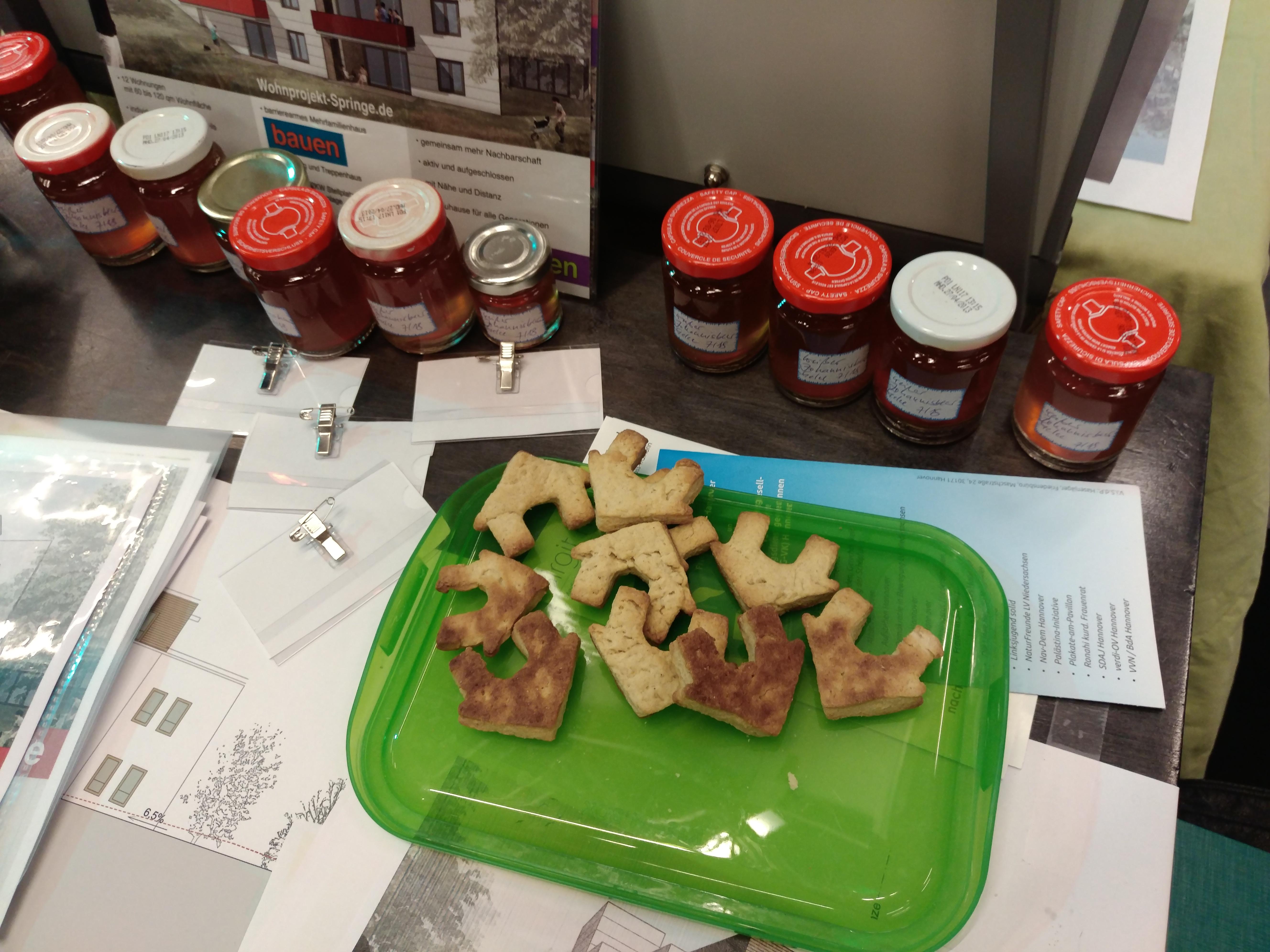 Haus-Kekse, selbstgemachte Marmelade, ...